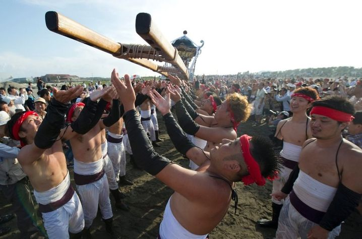 epa04944404 Japanese fishermen throw sacred shrines into the air during the Ohara Naked Festival in Ohara town, Chiba Province, 23 September 2015. 18 portable shrines are carried into the ocean during the first day of the two-day event. Japanese fishermens' festivals are often violent in nature, in comparision to farming festivals which are more peaceful. Until the 1960's participants in the Ohara naked festival wore only loincloths. EPA/EVERETT KENNEDY BROWN +++(c) dpa - Bildfunk+++