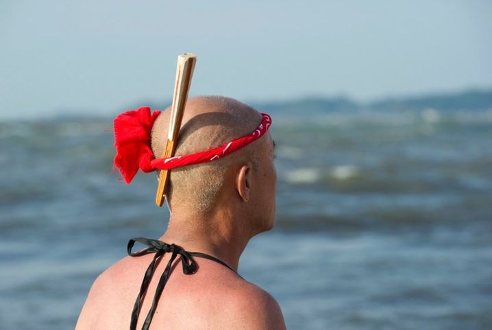 epa04944405 A Japanese fisherman with a fan in his bandana watches the Ohara Naked Festival in Ohara town, Chiba Province, 23 September 2015. 18 portable shrines are carried into the ocean during the first day of the two-day event. Japanese fishermens' festivals are often violent in nature, in comparision to farming festivals which are more peaceful. Until the 1960's participants in the Ohara naked festival wore only loincloths. EPA/EVERETT KENNEDY BROWN +++(c) dpa - Bildfunk+++