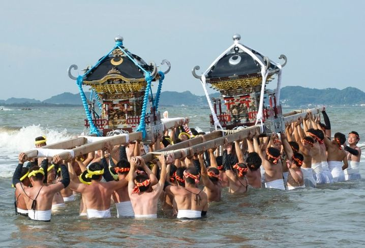 epa04944392 Japanese fishermen carry sacred shrines into the ocean for purification during the Ohara Naked Festival in Ohara town, Chiba Province, 23 September 2015. 18 portable shrines are carried into the ocean during the first day of the two-day event. Japanese fishermens' festivals are often violent in nature, in comparision to farming festivals which are more peaceful. Until the 1960's participants in the Ohara naked festival wore only loincloths. EPA/EVERETT KENNEDY BROWN +++(c) dpa - Bildfunk+++