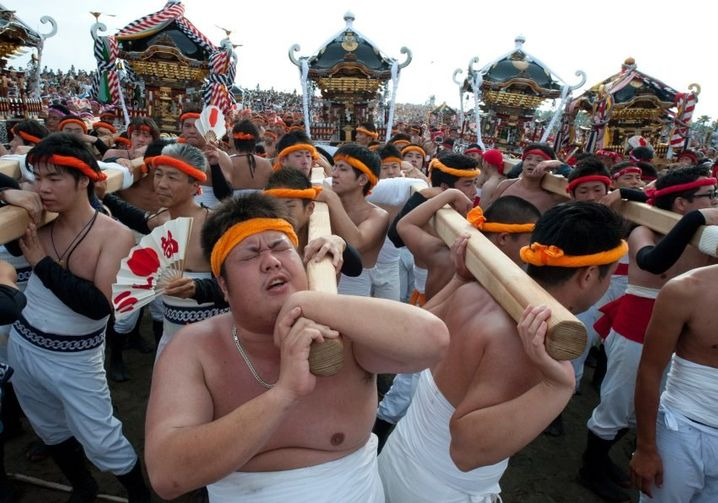 epa04944414 Japanese fishermen prepare to carry sacred shrines into the ocean for purification during the Ohara Naked Festival in Ohara town, Chiba Province, 23 September 2015. 18 portable shrines are carried into the ocean during the first day of the two-day event. Japanese fishermens' festivals are often violent in nature, in comparision to farming festivals which are more peaceful. Until the 1960's participants in the Ohara naked festival wore only loincloths. EPA/EVERETT KENNEDY BROWN +++(c) dpa - Bildfunk+++