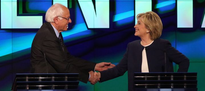epa04976831 Former US Secretary of State Hillary Clinton (R) and Vermont Senator Bernie Sanders (L) shake hands at the end of the US Democratic Presidential candidates debate at Wynn Las Vegas in Las Vegas, Nevada, USA, 13 October 2015. EPA/JOSH HANER / THE NEW YORK TIMES / POOL +++(c) dpa - Bildfunk+++