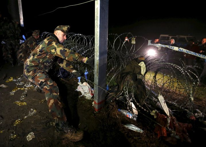 Hungarian soldiers seal shut a gap in the border fence between Hungary and Croatia at Zakany ,Hungary on October 17,2015. Hungary declared its southern border with Croatia closed to migrants on Friday, diverting them into tiny Slovenia in a measure of Europe's disjointed response to the flow of people reaching its shores in flight from war and poverty.REUTERS/Laszlo Balogh - RTS4T23