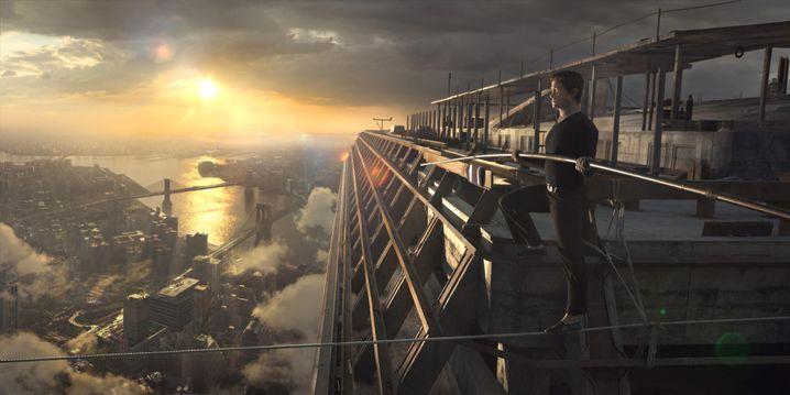"""HANDOUT - Philippe Petit (Joseph Gordon-Levitt) in dem Film """"The Walk"""". Foto: New York Film Festival/dpa - ACHTUNG: Verwendung nur für redaktionelle Zwecke im Zusammenhang mit der Berichterstattung über diesen Film und mit Urheber-Nennung (zu dpa """"New York startet in sein 53. Film Festival"""" vom 25.09.2015) +++(c) dpa - Bildfunk+++"""