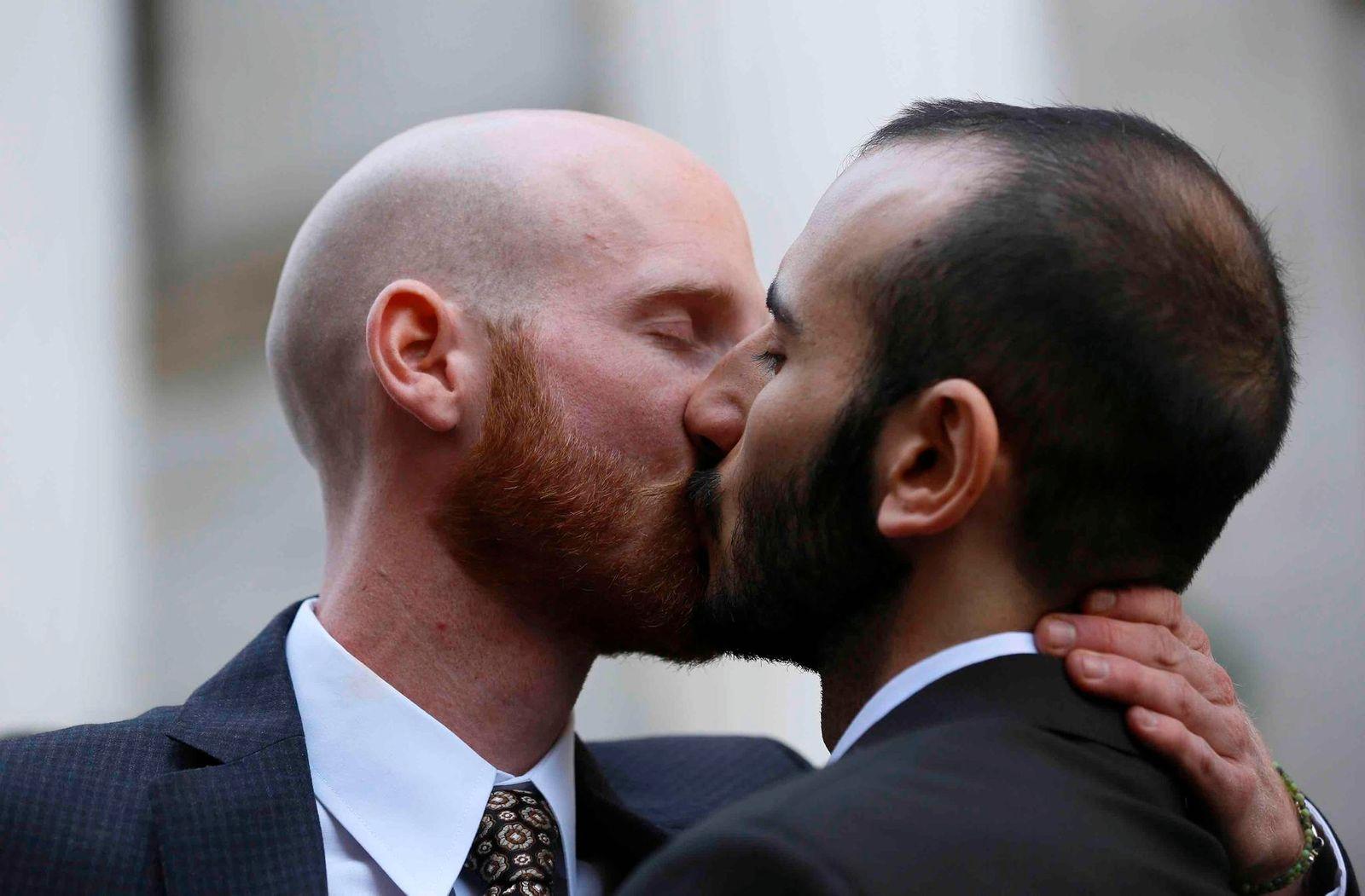 Schwules-Paar-küsst