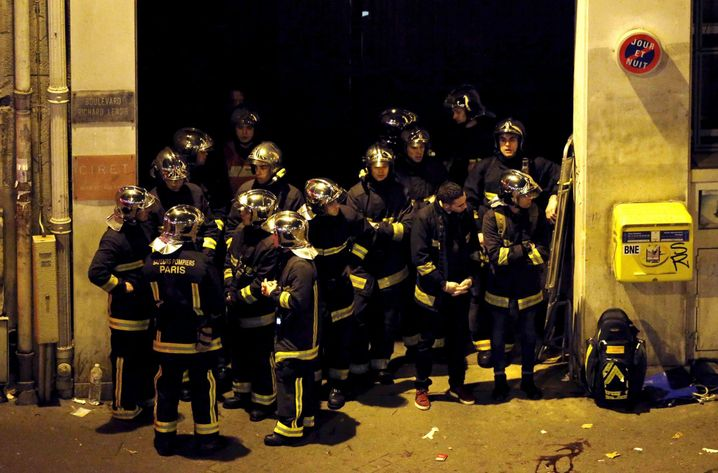 French fire brigade members gather near the Bataclan concert hall following fatal shootings in Paris, France, November 14, 2015. REUTERS/Christian Hartmann - RTS6WM8