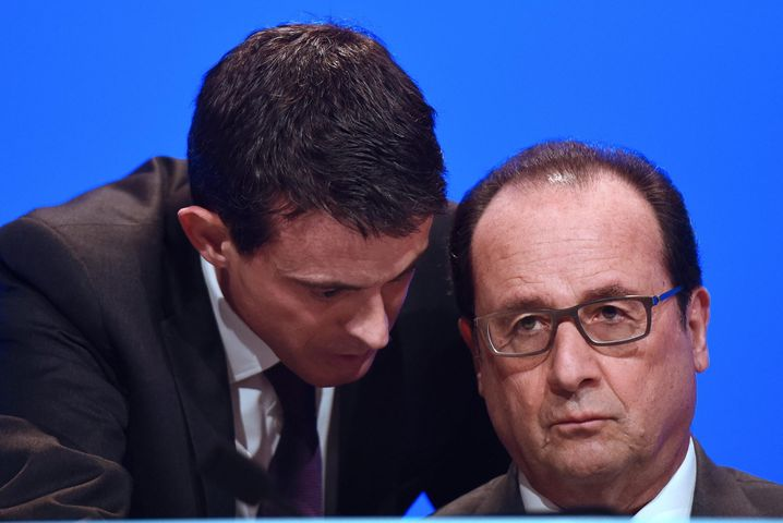 epa05031383 French Prime Minister Manuel Valls (L) speaks to French President Francois Hollande before he delivers a speech during a meeting of French mayors in Paris, France, 18 November 2015. Hollande urged the nation not to 'give in to fear' or excessive reactions in the wake of the jihadist attacks on Paris. EPA/STEPHANE DE SAKUTIN / POOL MAXPPP OUT +++(c) dpa - Bildfunk+++