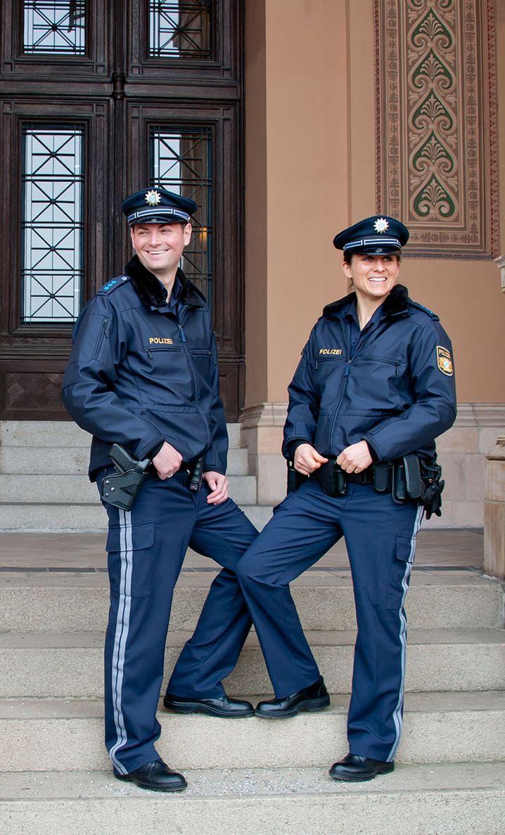 Eine Polizistin und ein Polizist pr‰sentieren am 25.03.2015 in M¸nchen (Bayern) die neue Uniform der bayerischen Polizei. Der bayerische Innenminister Herrmann (CSU) stellte die neue Uniform am 25.03.2015 vor. In einer bayernweiten Umfrage durften die Beamtinnen und Beamten selbst ¸ber die zuk¸nftige Uniform abstimmen. Foto: Simon Ribnitzky/dpa +++(c) dpa - Bildfunk+++