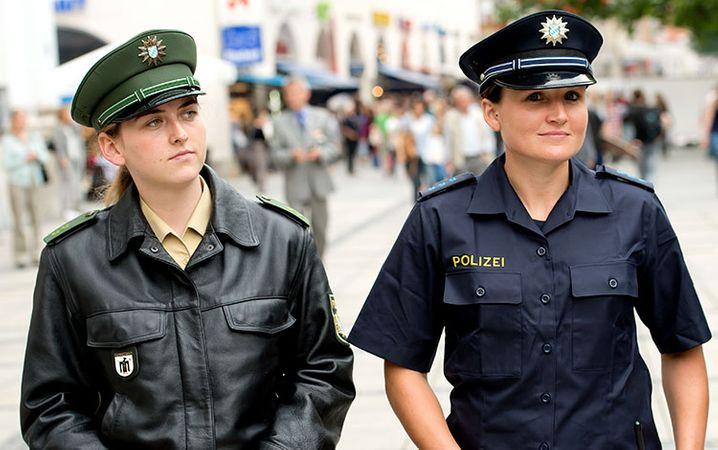 ARCHIV - Zwei Polizeibeamtinnen pr‰sentieren am 31.07.2014 in M¸nchen (Bayern) im Rahmen einer Pressekonferenz das neue (r) und alte (l) Uniformkonzept der bayerischen Polizei. Am 25.03.2015 pr‰sentiert der bayerische Innenminister Herrmann (CSU) den endg¸ltigen Entwurf der neuen bayerischen Polizeiuniform. Foto: Sven Hoppe/dpa +++(c) dpa - Bildfunk+++