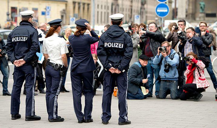 Polizeibeamte pr‰sentieren am 14.04.2014 in M¸nchen (Bayern) im Rahmen einer Pressekonferenz die neuen Uniformkonzepte der bayerischen Polizei und werden dabei fotografiert. Ab August 2014 tragen zun‰chst etwa 500 Polizistinnen und Polizisten in einem Trageversuch die neue Dienstkleidung. Foto: Sven Hoppe/dpa +++(c) dpa - Bildfunk+++