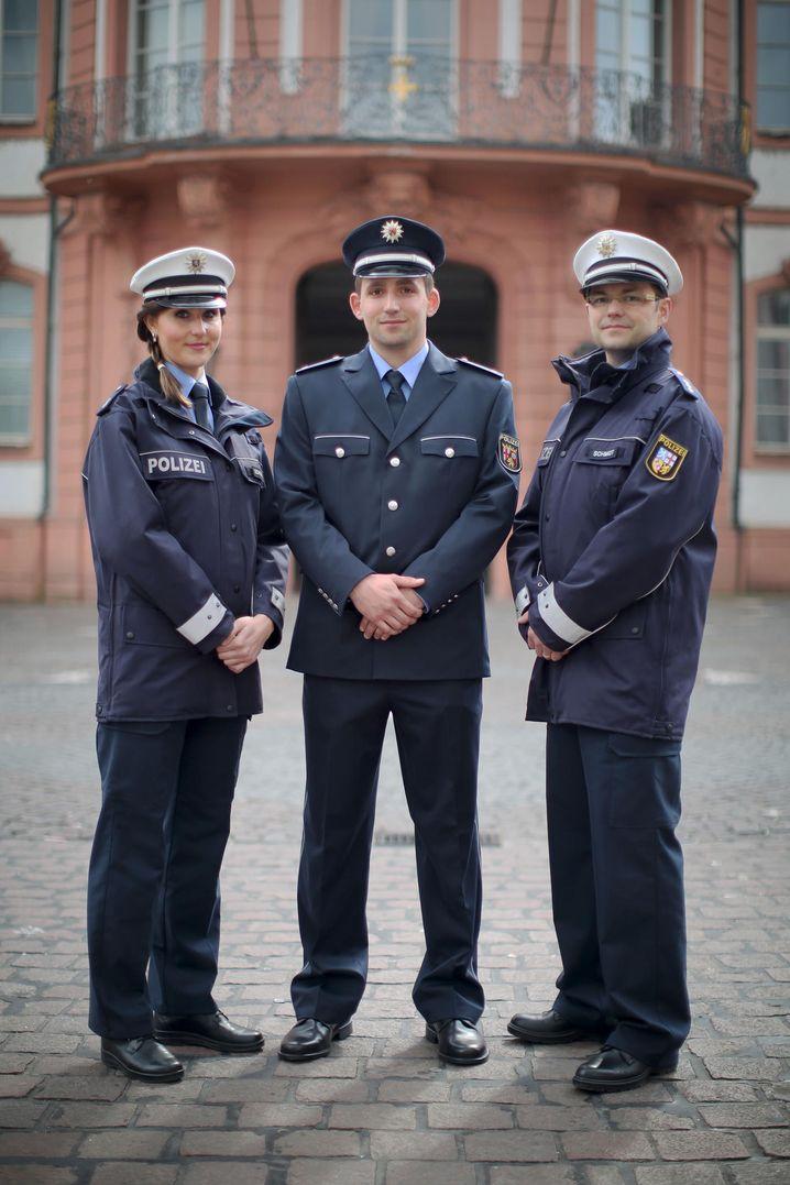 Drei Polizeibeamte aus Hessen (l-r), Rheinland-Pfalz und dem Saarland tragen am 24.03.2014 auf einer Pressekonferenz vor dem Innenministerium in Mainz (Rheinland-Pfalz) neue Polizeiuniformen. Rund 26 000 Polizisten in Rheinland-Pfalz, Hessen und dem Saarland tragen k¸nftig einheitliche blaue Uniformen. Foto: Fredrik von Erichsen/dpa +++(c) dpa - Bildfunk+++