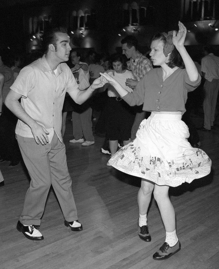 """Das undatierte Archivbild zeigt zwei junge US-Amerikaner beim Swing-Tanz. Der fröhliche Tanz, der in den 40er Jahren Krieg und Depression vergessen machen sollte, erlebt in den USA in zahlreichen Tanzclubs und Radiosendern ein großes Comeback. dpa (zu dpa-Feature: """"Zurück zu den Vierzigern: Amerikas Jugend entdeckt den Swing-Tanz"""" vom 13.05.1998)"""
