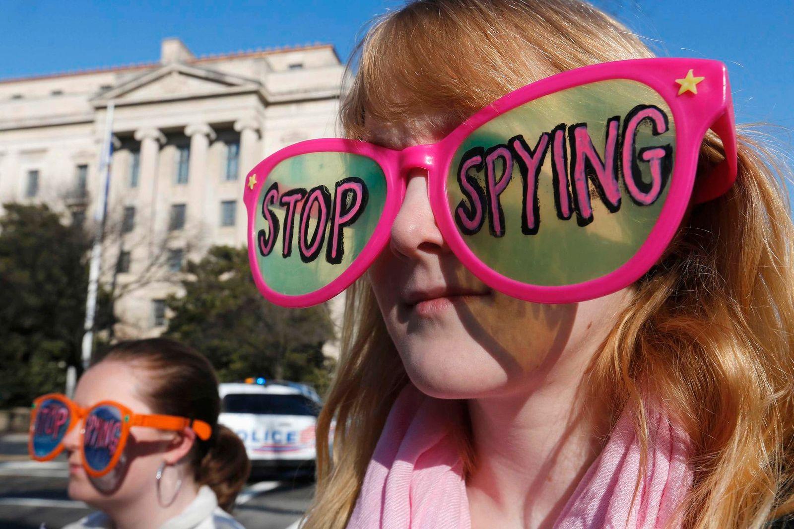 Vorratsdatenspeicherung-NSA-USA-Stop-Spying-Frau-Brille-Demonstration