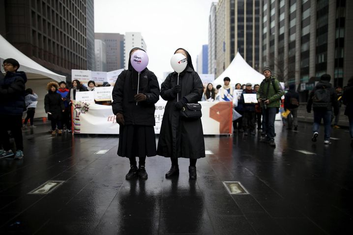 Nuns holding balloons prepare to march during a rally ahead of the 2015 Paris Climate Change Conference, known as the COP21, in central Seoul, South Korea, November 29, 2015. REUTERS/Kim Hong-Ji - RTX1WB57