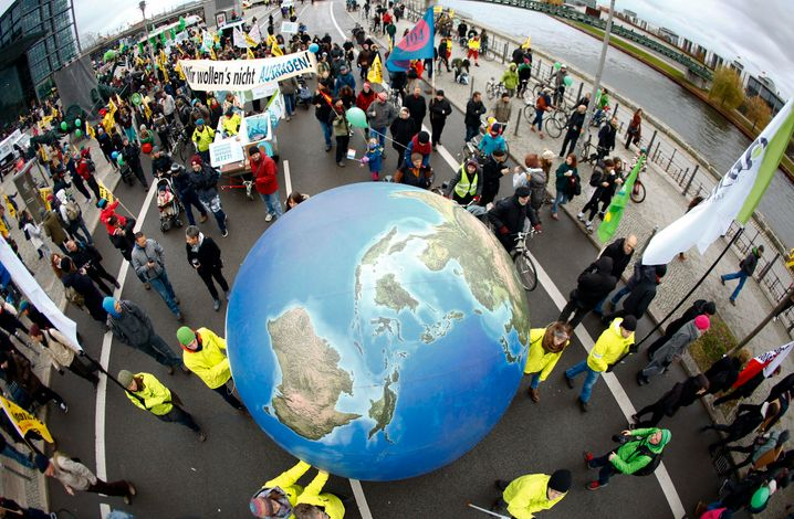 Protesters demonstrate during a rally held the day before the start of the Paris Climate Change Summit in Berlin, Germany, November 29, 2015. REUTERS/Pawel Kopczynski - RTX1WBYG