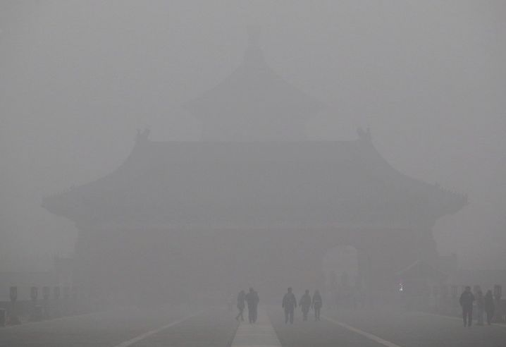 A view shot inside the Temple of Heaven park shows the Temple of Heaven (rear) is barely visible amid heavy smog in Beijing, China, December 1, 2015. REUTERS/Stringer CHINA OUT. NO COMMERCIAL OR EDITORIAL SALES IN CHINA - RTX1WLKG