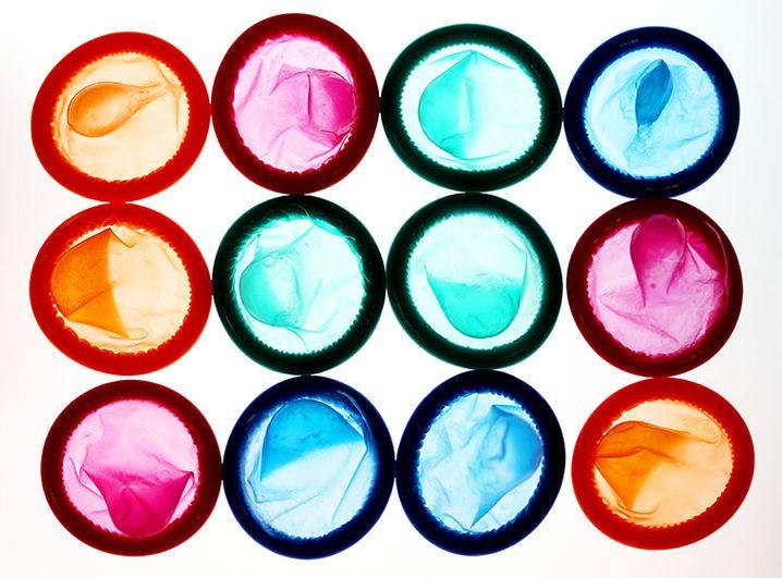 ARCHIV†- ILLUSTRATION - Kondome liegen am Montag (29.11.2010) in Kˆln auf einem Leuchttisch. In D¸sseldorf streiten sich Kondomhersteller vor Gericht. Foto: Oliver Berg dpa/lnw +++(c) dpa - Bildfunk+++