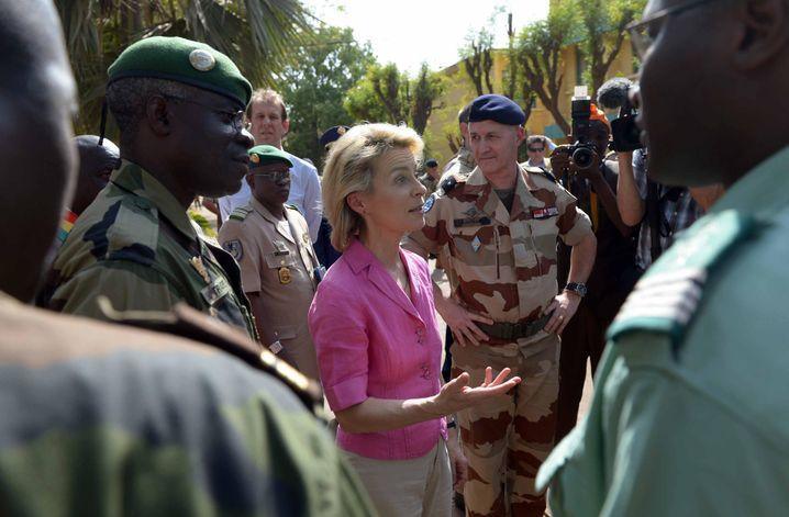 ARCHIV - Bundesverteidigungsministerin Ursula von der Leyen (CDU) spricht am 06.02.2014 mit Soldaten im Trainingscamp in Koulikoro in Mali, links neben ihr steht der Schulkommandeur Oberst Nouhum Traore. Foto: Peter Steffen/dpa (zu dpa «Deutschland will im Anti-Terror-Kampf mehr tun - aber nicht in Syrien» vom 18.11.2015) +++(c) dpa - Bildfunk+++