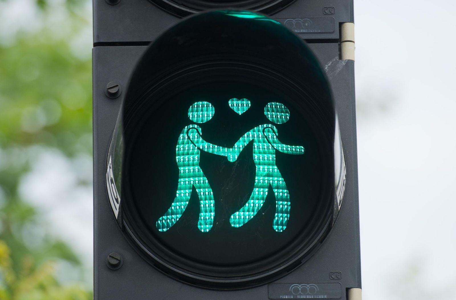 Ampelmännchen-Ampelpärchen-schwul-schwule-homosexuell-Homosexualität-Lebenspartnerschaft-dpa-Julian-Stratenschulte