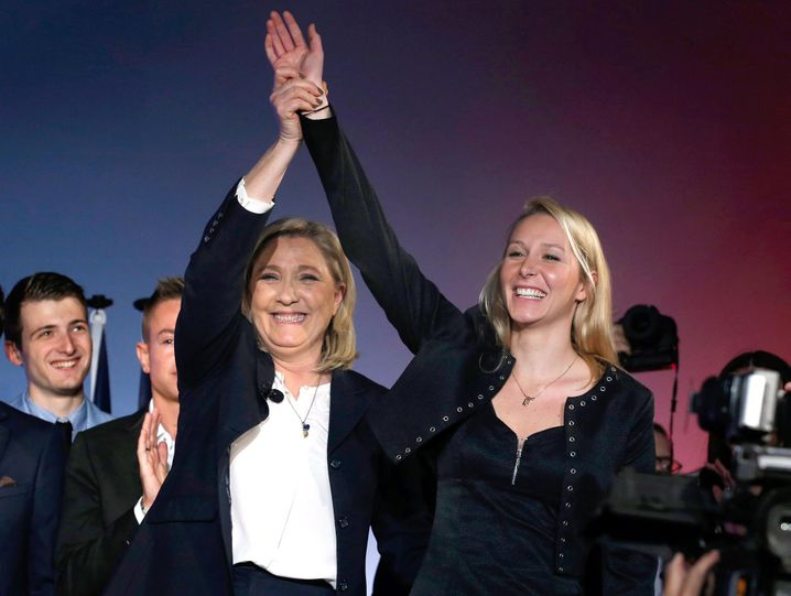 ARCHIV - Leader of French far-right political party National Front (FN) Marine Le Pen (C) and National Front party member and Member of Parliament, Marion Marechal-Le Pen (R) attend a political rally for the French regional elections, in Nice, France, 27 November 2015. French regional elections will take place on 06 and 13 December 2015. EPA/SEBASTIEN NOGIER (zu dpa «Rückenwind für Hollande gegen starke Rechtsextreme» vom 03.12.2015) +++(c) dpa - Bildfunk+++