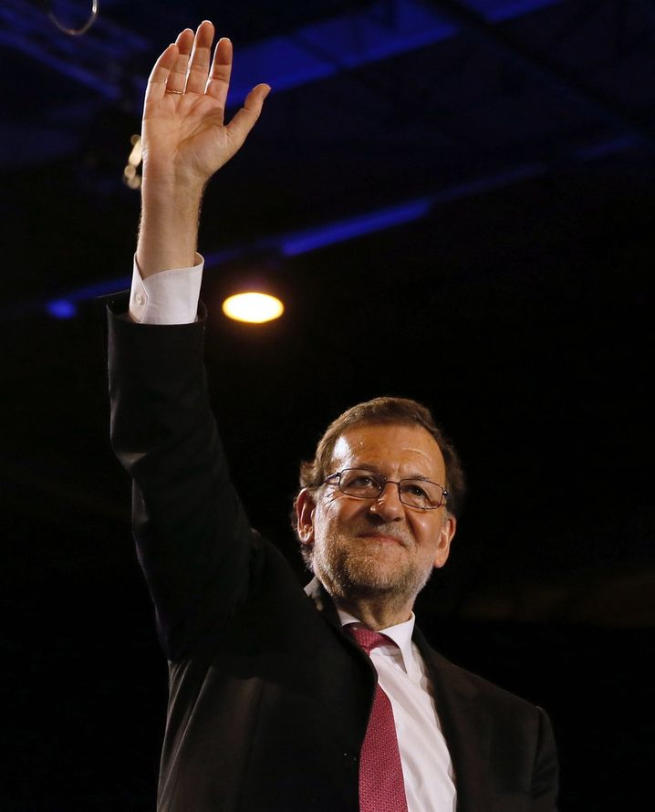 epa05074678 Spanish Prime Ministre and People's Party (PP) candidate Mariano Rajoy waves to supporters as he arrives at an election campaign rally in Madrid, Spain, 18 December 2015. Spanish general election will be held on 20 December. EPA/JUANJO MARTIN +++(c) dpa - Bildfunk+++