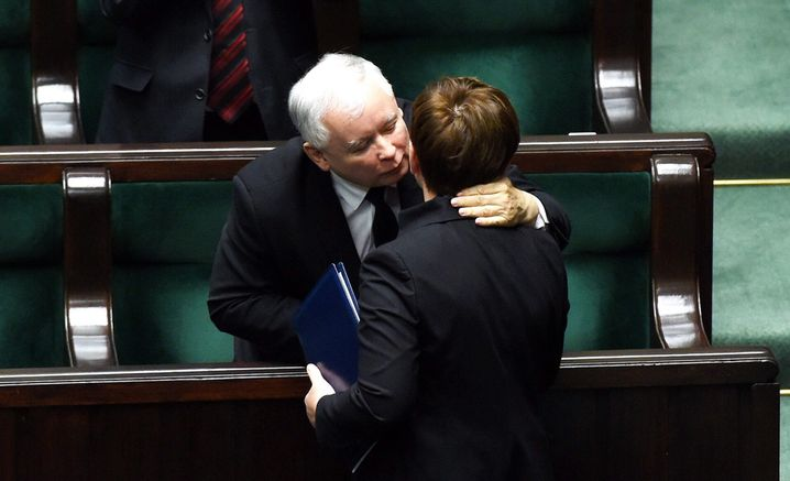 epa05031006 Poland's new Prime Minister Beata Szydlo (R) in hugged by Law and Justice leader Jaroslaw Kaczynski (L), after Szydlo deliverd her policy statement at the Polish Sejm in Warsaw, Poland, 18 November 2015. In the evening deputies will vote in a vote of confidence for Prime Minister Szydlo' new government. EPA/RADEK PIETRUSZKA POLAND OUT +++(c) dpa - Bildfunk+++