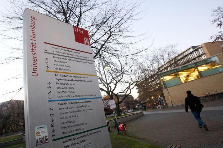 Ein Wegweiser steht am 25.11.2013 auf dem Campus der Universität Hamburg. Das Hamburger Universitätsklinikum-Eppendorf (UKE) und die Universität Hamburg sollen nach Medienberichten eine Förderung aus dem Haushalt des US-Verteidigungsministeriums erhalten haben. Foto: Bodo Marks/dpa +++(c) dpa - Bildfunk+++