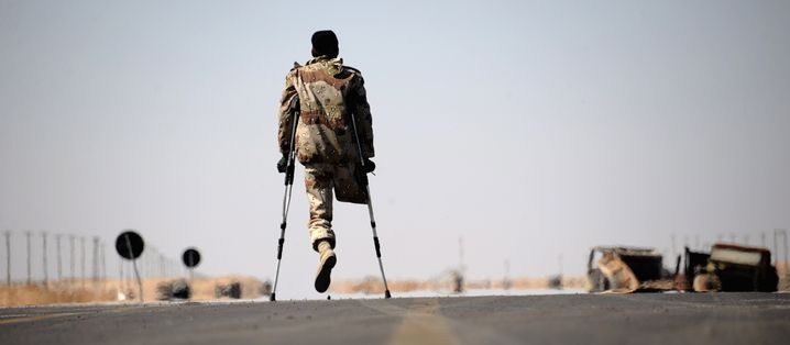 (FILE) - A one-legged Libyan rebel fighter walks on the road near a check point between Ajdabiya and Brega, Libya, on 12 April 2011. French Foreign Minister Alain Juppe on 12 April accused NATO of hanging back in Libya, saying the military alliance was not sufficiently fulfilling its role of destroying leader Muammer Gaddafi's heavy weapons. On 31 March, NATO took over a campaign of airstrikes against Gaddafi's regime, as well as responsibility for overseeing a no-fly zone over the country, from a Western-led alliance dominated by the United States, France and Britain. EPA/VASSIL DONEV (zu dpa Themenpaket Arabischer Frühling vom 12.01.2016) +++(c) dpa - Bildfunk+++