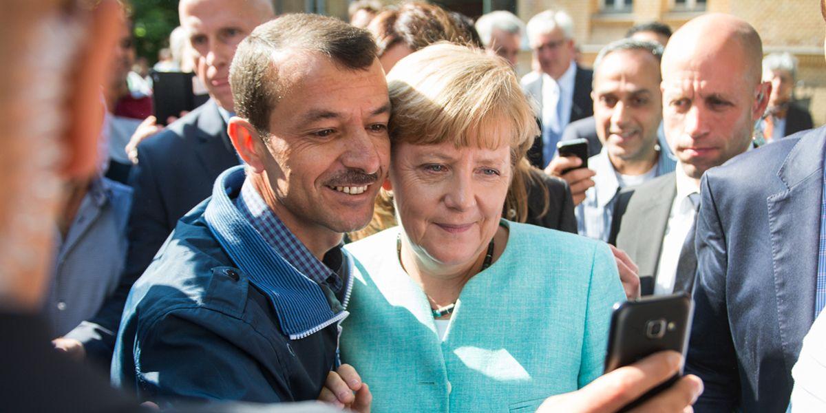 Merkel Selfie Dauemn Hoch Dpa Berndvonjutrczenka