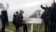 Wie eine Syrerin mitten im Flüchtlingslager in Idomeni auf dem Klavier spielt