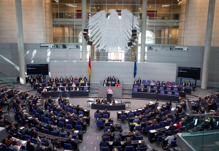 Bundeskanzlerin Angela Merkel (M, CDU) spricht am 16.03.2016 im Bundestag in Berlin. In einer Regierungserklärung sprach die Kanzlerin zum EU-Gipfel und zur Flüchtlingskrise. Foto: Michael Kappeler/dpa +++(c) dpa - Bildfunk+++