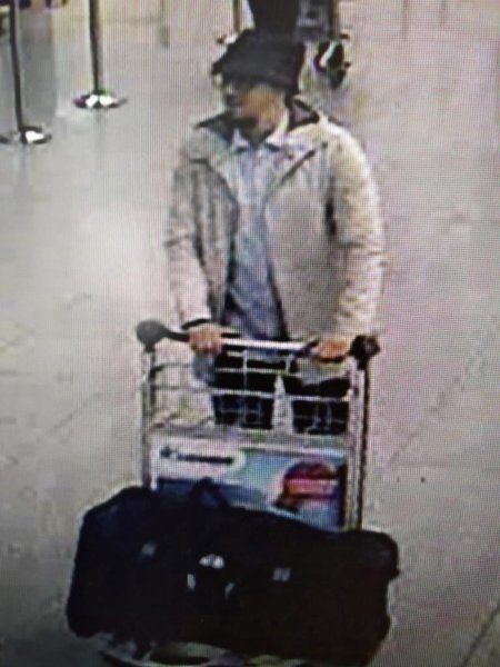 dpatopbilder - epa05226012 A handout photograph provided by Belgian Federal Police shows a CCTV grab of a suspect in the Zaventem airport attack in Brussels, Belgium, 22 March 2016. A surveillance camera at Zaventem airport in Brussels captured footage of the alleged perpetrators of the explosions that took place earlier the day. It reveals two men dressed in black and both wearing one glove on their left hand, which according to La Libre Belgique could have served to conceal the detonators. The third, dressed in a white jacket and wearing a black hat, is being 'actively pursued' in the meantime, according to Belgian newspapers. EPA/BELGIAN FEDERAL POLICE / HANDOUT BEST QUALITY AVAILABLE HANDOUT EDITORIAL USE ONLY/NO SALES +++(c) dpa - Bildfunk+++