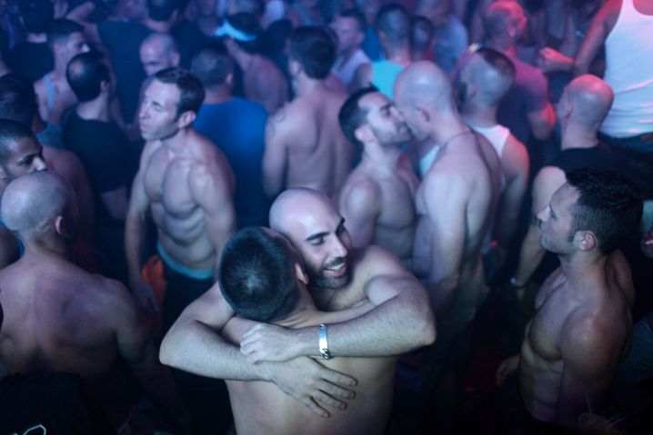 epa03245814 Homosexuals dance at a club during the opening event of the Israel Pride Week in Tel Aviv, Israel, early on 02 June 2012. The Israel Pride Week runs until 08 June 2012 which is the annual gay pride parade. An international survey sponsored by American Airlines named Tel Aviv as the world's 'Best Gay City of 2011' EPA/ABIR SULTAN +++(c) dpa - Bildfunk+++  