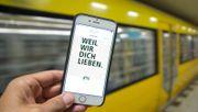 Die BVG blockiert in ihren Bahnen queere Internetseiten? Was dahinter steckt