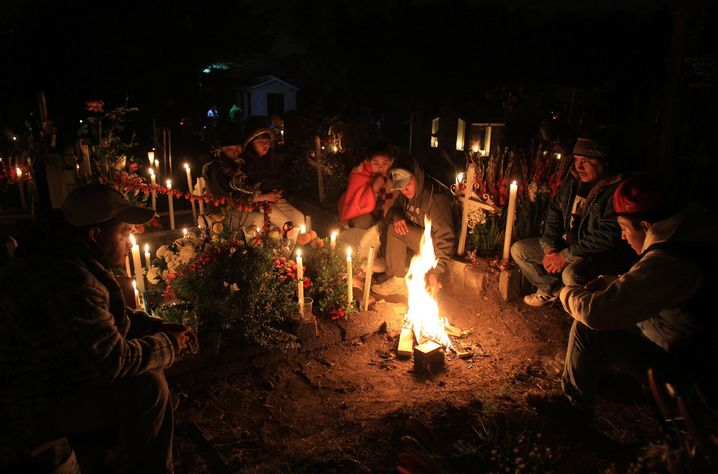 epa04472849 A group of people participate in a traditional vigil for their late relatives at a cemetery of town of San Gregorio Atlapulco, in Xochimilco, Mexico City, Mexico, during the celebration of the Day of the Dead, on 01 November 2014. EPA/Mario Guzman +++(c) dpa - Bildfunk+++ |