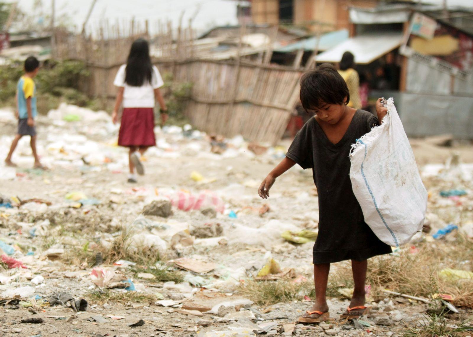 Kinderarbeit: Kind auf den Philippinen sucht im Slum nach Wertstoffen