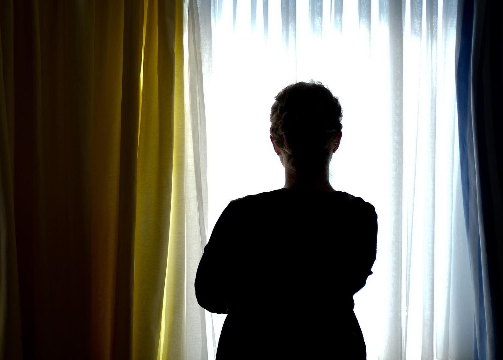 Frau am Fenster im Frauenhaus