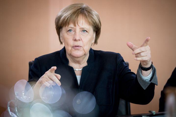 Bundeskanzlerin Angela Merkel (CDU) gestikuliert am 15.02.2017 in Berlin zu Beginn der Sitzung des Bundeskabinetts im Bundeskanzleramt. Das Rentenüberleitungs-Abschlussgesetz von Bundesarbeitsministerin Nahles (SPD) soll dort beschlossen werden soll. Foto: Kay Nietfeld/dpa +++(c) dpa - Bildfunk+++ | Verwendung weltweit