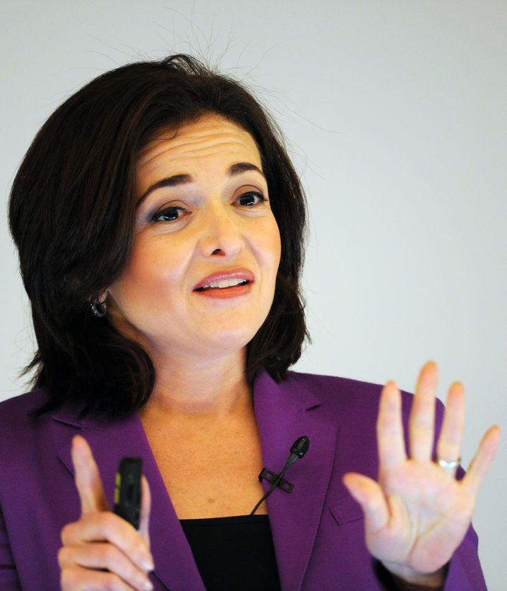 ARCHIV - Die Geschäftsführerin von Facebook, Sheryl Sandberg, hält am 18.04.2013 in Hamburg einen Vortrag. (zu dpa «Facebook-Geschäftsführerin: «Wollen nicht entscheiden, was wahr ist»» vom 17.01.2017) Foto: Angelika Warmuth/dpa +++(c) dpa - Bildfunk+++ | Verwendung weltweit