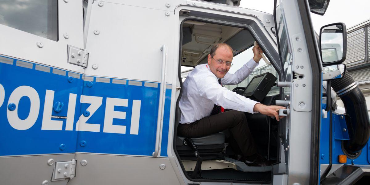 Sachsen: Innenminister Ulbig in einem Panzerfahrzeug der Polizei