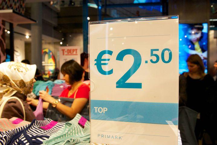 Preisschild fuer billige Textilien bei der Eroeffnung der zweiten Filiale des irischen Textildiscounters Primark in Berlin am Donnerstag (03.07.14). Anlaessich der Eroeffnung des Ladens am Alexanderplatz haben mehrere Hundert Aktivisten vor dem Geschaeft fuer faire Arbeitsbedingungen in der Textilindustrie demonstriert. An den Protesten unter dem Motto Fast Fashion ist untragbar beteiligten sich unter anderem das entwicklungspolitische Netzwerk INKOTA, die Kampagne für Saubere Kleidung, die BUNDjugend und Germanwatch, wie die Veranstalter mitteilten. Die Modekette Primark war vor wenigen Tagen unter Druck geraten, nachdem eine Kundin aus Nordirland ueber den Fund eines Zettels in einer Primark-Hose berichtet hatte, auf dem sich angebliche Gefaengnisinsassen in Asien über ihre Zwangsarbeit unter katastrophalen Bedingungen beschwerten. Obwohl der vermeintliche Hilferuf moeglicherweise epd Price tag for cheap Textiles at the Opening the second Branch the Irish Textildiscounters Primark in Berlin at Thursday 03 07 14 the Opening the Laden at Alexanderplatz have several Hundred Activists before the Business for Fair Working conditions in the Textile industry demonstrated to the Protests under the Motto Almost Fashion is participated to under others the Political Development Network the Campaign for clean clothes the and German Watch like the Organizers the Fashion chain Primark was before few Days under Pressure advised after a Customer out Northern Ireland About the Fund a Zettels in a Primark Trousers reported had on the to Alleged in Asia above theirs Forced labour under disastrous Terms though the alleged Cry for help Possibly epd