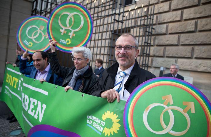 Volker Beck (Bündnis 90/Die Grünen) nimmt am 25.09.2015 in Berlin vor dem Bundesrat an einer Demonstration für eine Ehe für alle teil. Die Länderkammer will einen Gesetzentwurf zur Einführung der sogenannten Homo-Ehe verabschieden. Foto: Kay Nietfeld/dpa +++(c) dpa - Bildfunk+++ | Verwendung weltweit