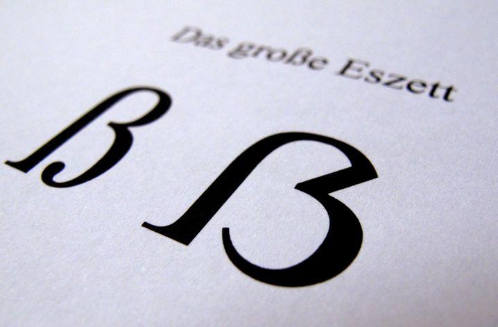 """ILLUSTRATION - Das Foto vom 29.06.2017 zeigt links den kleingeschriebenen Buchstaben """"Eszett"""" und rechts die Variante in Großschreibung. Das Eszett, das «scharfe S», gibt es jetzt auch offiziell als Großbuchstaben. Es sieht aus wie ein Mittelding zwischen dem bisherigen, klein geschriebenen «ß» und einem groß geschrieben «B». Vor allem für die korrekte Schreibung von Eigennamen in Pässen und Ausweisen sei dies wichtig, teilte der Rat für deutsche Rechtschreibung mit. (zu dpa """"Die deutsche Sprache hat jetzt auch ein großes Eszett"""" vom 29.06.2017) Foto: Stephan Jansen/dpa +++(c) dpa - Bildfunk+++   Verwendung weltweit"""