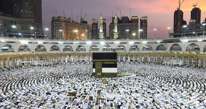 dpatopbilder - Muslimische Pilger vollziehen am 30.08.2017 bei ihrer Pilgerfahrt (Hadsch) an der Kaaba in Mekka (Saudi-Arabien) den Tawaf, bei dem die Kaaba umschritten wird. Foto: ---/SPA/dpa +++(c) dpa - Bildfunk+++ |