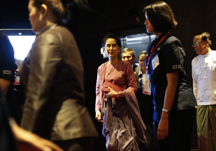 epa05681909 Myanmar State Counselor and Foreign Minister Aung San Suu Kyi (C) arrives to attend the Association of Southeast Asian Nations (ASEAN) Foreign Ministers' meeting in Yangon, 19 December 2016. Suu Kyi called the meeting with ASEAN Foreign Ministers to discuss the situations of Myanmar's western State, Rakhine State, and the Rohingya issue, whom the government of Myanmar calls 'Bengali.' EPA/LYNN BO BO +++(c) dpa - Bildfunk+++ |