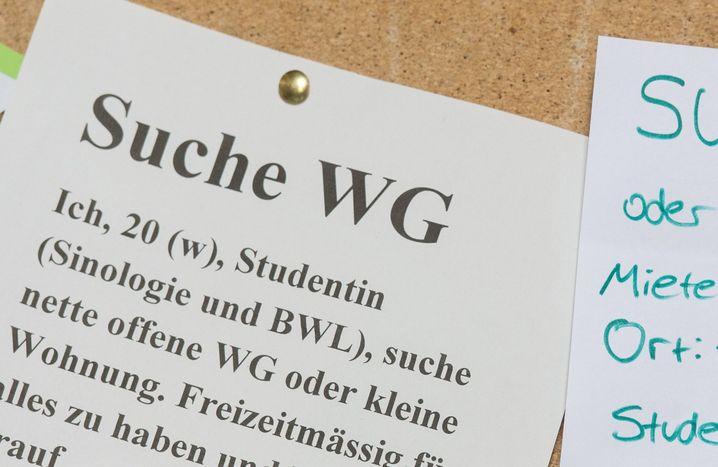 ARCHIV - Studentinnen suchen am 23.09.2016 an der Universität in Freiburg (Baden-Württemberg) mit Zetteln an einem Schwarzen Brett eine Wohnung. Foto: Patrick Seeger/dpa (zu dpa «Vor Semesterstart sind noch viele Studenten auf Wohnungssuche» vom 29.09.2017) Foto: Patrick Seeger/dpa +++(c) dpa - Bildfunk+++ | Verwendung weltweit
