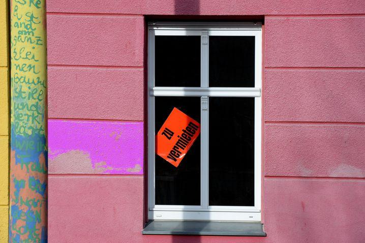 ARCHIV- Eine Wohnung wird in einem Haus zur Miete angeboten, fotografiert am 17.02.2014 in Luckenwalde (Brandenburg). Der Brandenburger Immobilienmarkt bleibt weiter zweigeteilt in puncto Nachfrage und Preise. Objekte inPotsdam und rund um Berlin seien teuer und begehrt. Foto: Ralf Hirschberger/dpa (zu lbn vom 07.08.2014) +++(c) dpa - Bildfunk+++ | Verwendung weltweit
