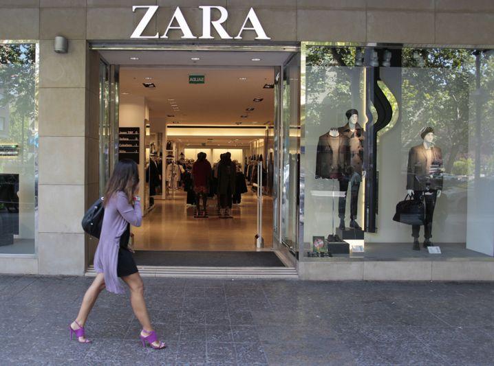 ARCHIV - Eine Frau geht am 21.09.2011 in Madrid an einer Filiale der Modekette Zara vorbei. Zara hat ein Kinder-T-Shirt zurückgezogen, das an die Kleidung jüdischer KZ-Gefangener erinnert. EPA/PACO CAMPOS (zu dpa: «Zara zieht T-Shirts zurück - «Hemden erinnern an Nazi-Zeit»» vom 27.08.2014) +++(c) dpa - Bildfunk+++ |