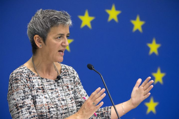 epa05547921 EU Commissioner for Competition Margrethe Vestager speaks at a news conference in which she addressed the Apple tax case and accusations that US companies have been targeted, at the Delegation of the European Union (EU) to the United States, in Washington, DC, USA, 19 September 2016. Vestager discussed the Apple tax case and accusations that she has targeted US companies. On 30 August 2016, Vestager announced Ireland gave illegal tax benefits to Apple worth up to 13 billion euros. EPA/MICHAEL REYNOLDS +++(c) dpa - Bildfunk+++ |