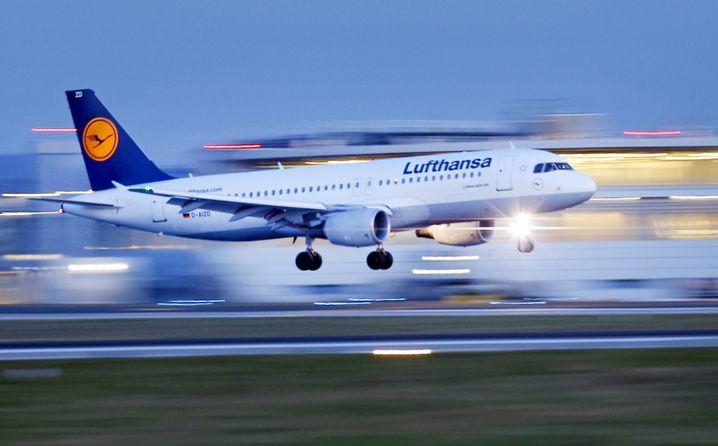 ARCHIV- Ein Flugzeug der Fluggesellschaft Lufthansa des Typs Airbus A320 landet am 04.02.2014 am Flughafen in Düsseldorf (Nordrhein-Westfalen). Das Statistische Landesamt veröffentlicht am Donnerstag Zahlen zu von den größten NRW-Flughäfen gestarteten Passagieren aus dem 1. Halbjahr 2017. Foto: Kevin Kurek/dpa +++(c) dpa - Bildfunk+++ | Verwendung weltweit