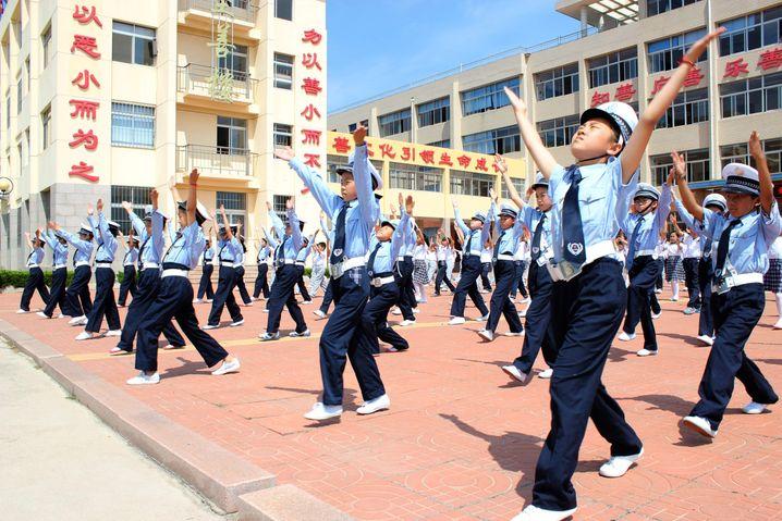 Grundschüler üben am 20.06.2017 in der Stadt Rongcheng (China - Provinz Shandong) die Handzeichen für Verkehrspolizisten. (ACHTUNG: Verwendung nur für redaktionelle Zwecke - Für China gesperrt) Foto: Lin Haizhen/SIPA Asia via ZUMA Wire/dpa +++(c) dpa - Bildfunk+++ |